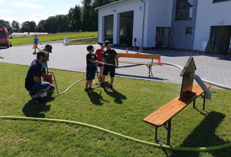 25 glückliche Kinder bei den ,,Ferienspielen bei der Feuerwehr''